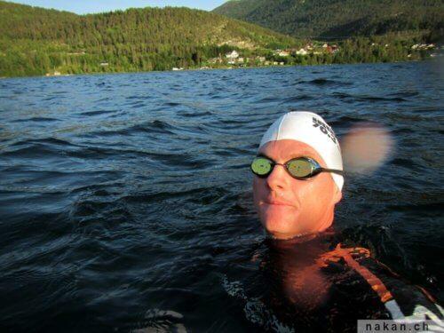 Nager dans un lac en Norvège